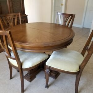 BEAUTIFUL  SOLID WOOD DINING ROOM TABLE WITH 6 CHAIRS 2 LEAVES