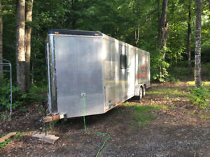 Beau trailer de course, moitier roulotte moitier garage