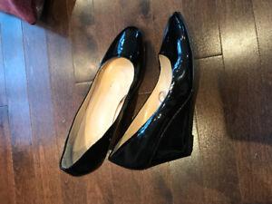 Ladies Wedge shoes. EUC