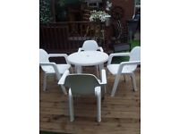 WHITE GARDEN TABLE 4 CHAIRS LIKE NEW