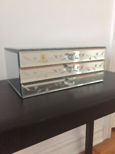 Jewellery mirror box