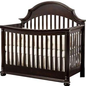 lit de bébé + matelas + meuble à langer