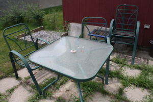set de patio et banc de jardin