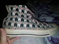 Ladies worn converse shoes size 6