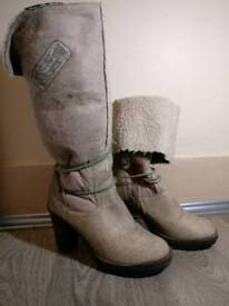 Boots with high heels, and two ways of wearing