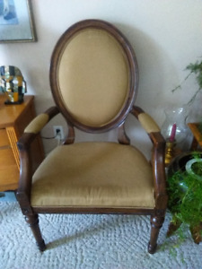 ANTIQUE STYLE SOLID WOOD CHAIR