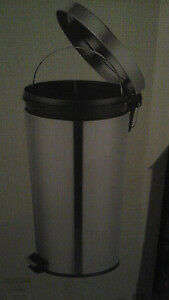 BRAND NEW STILL IN BOX polished stainless steel step can 30 L