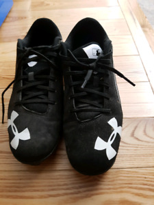 Youth Under Armour baseball cleats size 6