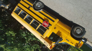 Autobus jaune a louer par jour