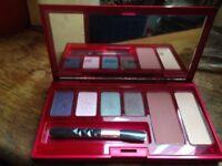 Elizabeth Arden cosmetics compact set with mirror, new.