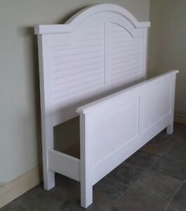 Queen Size Bedroom set with Dresser, Mirror and Night stand