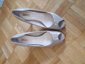 Tahari Nude pump - size 8.5 patent leather