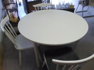 White round table with 4 chairs