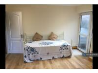 Studio flat in Gringer Hill, Maidenhead, SL6