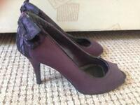 Size 4 woman's purple heels new look