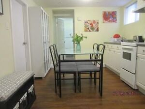 2 Minutes Walk to Queen's Teacher's College 3 rooms avail Sept 1
