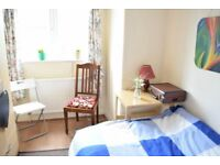 Double room in lovely house in Morden. Available 1/8.