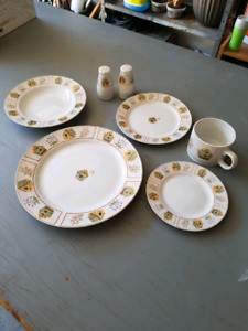 8 pc set of Birdhouse dishes