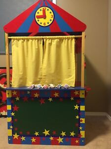Kidkraft puppet theatre with 16 finger puppets