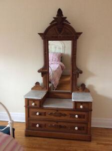 Commode antique avec miroir.