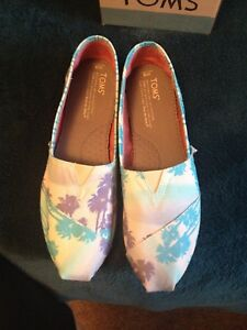 Size 8 Brand New TOMS