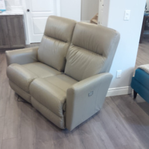 LazyBoy recliner, brand new - never used !!