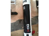 5ft kick punch bag heavy duty 45kg with hanging chain some little splits in the outer cover