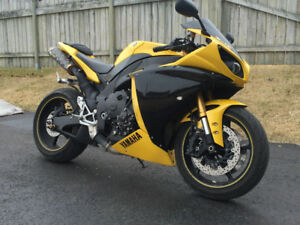 2009 Yamaha R1 (looking to sell fast, moving)