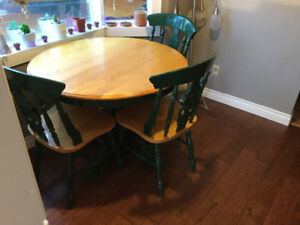 Table with 4 chairs and leaf to extend