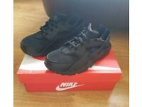 New Boxed Nike Huarache Trainers Older Kids Size 2.5 Triple Black