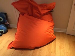 Bean bag orange valeur de 175$