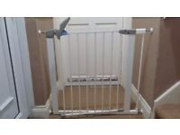 Lindam pressure fit safety gate with 1 extension in perfect condition