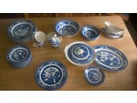beautiful set of 44 pieces of old willow dinning set