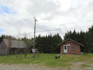 46 acres avec petite maison, ruisseau et lac.