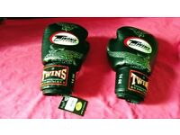 TWINS SPECIAL BOXING GLOVES, 14 OZ