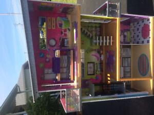 Barbie house + Barbie extras