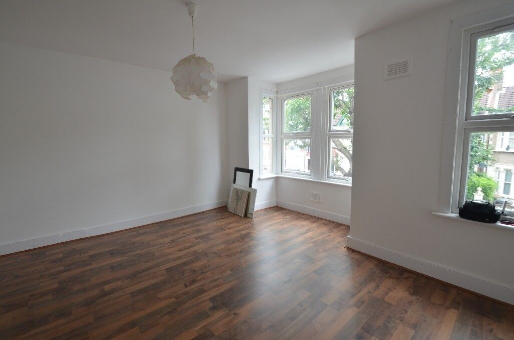 LARGE 2 BEDROOM FIRST FLOOR FLAT 10 MIN WALK TO WHIPPS CROSS HOSPITAL