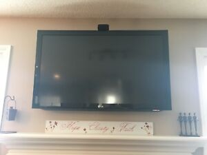 LG LCD 46 IN TV AND WALL MOUNT