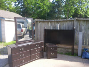 4 pc queen size bedroom set. Great condition
