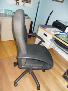 Chaise de bureau noire en tissu