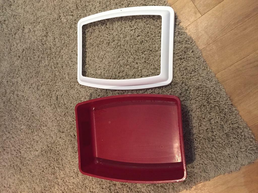 Cat litter box with anti-spill clip on lip