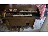 Hammond organ in good condition. 3 slightly raised keys
