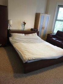 Large Double bedroo.