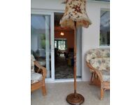 RETRO VINTAGE ORNATE WOOD STANDARD LAMP COMPLETE WITH SHADE
