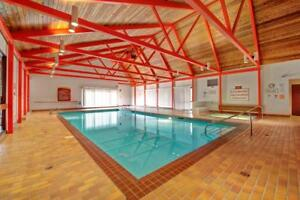 Family 2 Bed Suite! Close to Park And Schools, Pool & Gym!