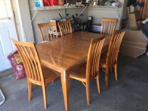 7 Piece Oak Solid Dining Set with Kitchen Hutch *Great condition