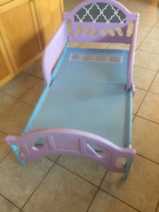 Toddler bed with removable side rails (no mattress)
