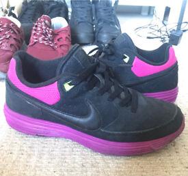 Nike trainers size 8 E8