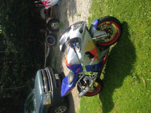 750 gsxr 2003 Beautiful red bull paint job. Perfect condition.