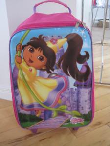 Valise Dora à roulettes   très propre